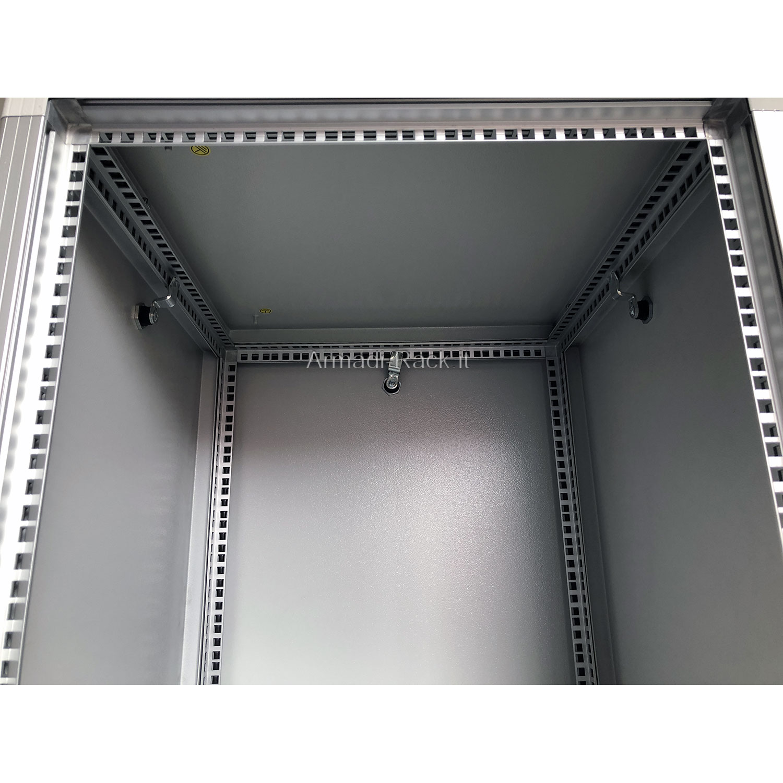 ARMADIO RACK 18U X 551 X 818 struttura in alluminio, fianchi e retro rimovibili con serratura, tetto cieco e zoccolo con passaggio cavi, verniciato grigio chiaro RAL 7035 bucciato