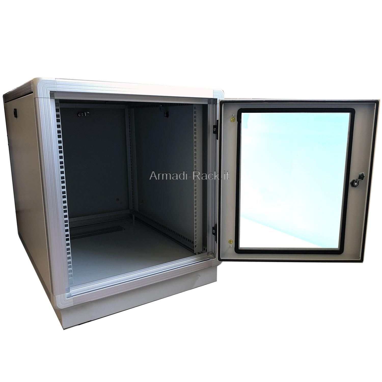 ARMADIO RACK 18U X 596 X 996 struttura in alluminio, porta anteriore con finestra in cristallo temprato dotata di serratura, fianchi e retro rimovibili con serratura, tetto cieco e zoccolo con passaggio cavi protetto da flange, grado di protezione IP 55