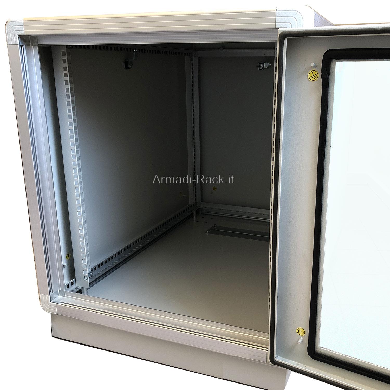 ARMADIO RACK 18U X 596 X 730 struttura in alluminio, porta anteriore con finestra in cristallo temprato dotata di serratura, fianchi e retro rimovibili con serratura, tetto cieco e zoccolo con passaggio cavi protetto da flange, grado di protezione IP 55