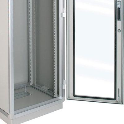 ARMADIO RACK 36U X 818 X 596 struttura in estruso di alluminio, porta anteriore con finestra in cristallo temprato, fianchi e retro rimovibili con serratura, tetto cieco e zoccolo con passaggio cavi, grado di protezione IP 55