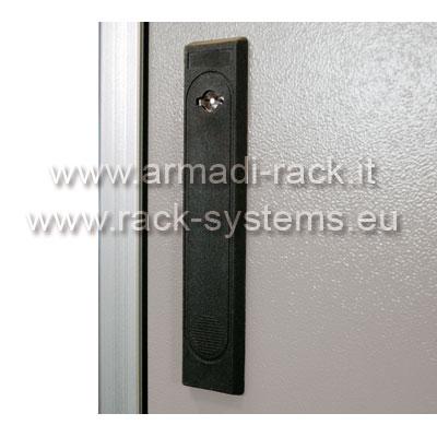 ARMADIO RACK 30U X 818 X 730 struttura in estruso di alluminio, porta anteriore con finestra in cristallo temprato, fianchi e retro rimovibili con serratura, tetto cieco e zoccolo con passaggio cavi, grado di protezione IP 55