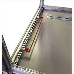 Barre di messa a terra per armadi rack, in rame con 19 fori filettati M6 a passo 25 mm sezione 20X5 mm (lunghezza complessiva 48,6 cm)
