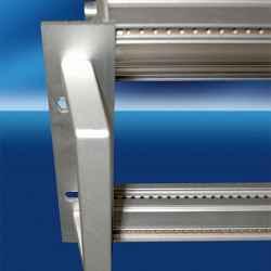 Maniglia (singola) inclinata monoblocco in alluminio anodizzato naturale 3U filetto M4
